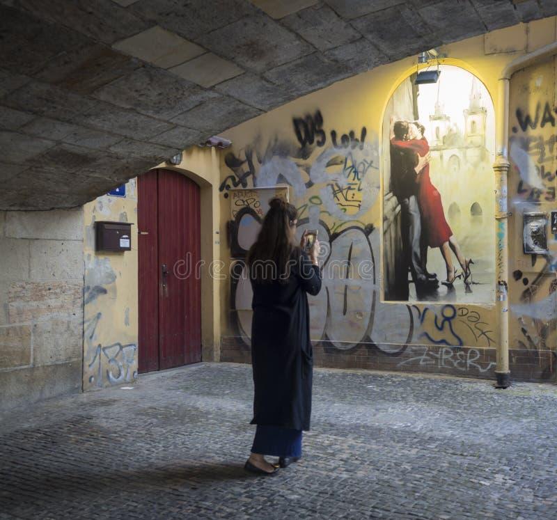 Tsjechische Republiek, Praag, 8 September, 2018: Jong mooi vrouwencijfer in donkerblauwe kleding die beeld nemen met stock afbeeldingen