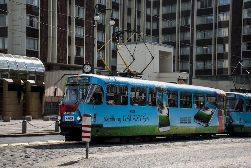 Tsjechische Republiek Praag 11 04 2014: Tram oude straat in historisch Centrum met de mobiele reclame van Samsung stock foto
