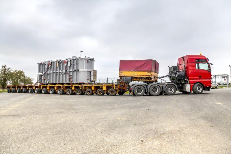 TSJECHISCHE REPUBLIEK, PRESTICE, 11 NOVEMBER, 2014: Vervoer van zware, overmaatse ladingen en bouwmachines stock fotografie