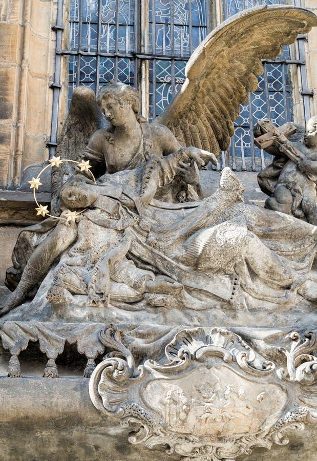 Tsjechische Republiek standbeeld van Heilige John van Nepomuk bij St Vitus Cathedral stock foto