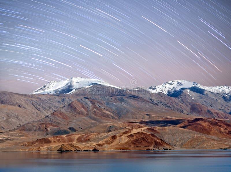 Tso Moriri de mening van de meernacht in Ladakh, Noord-India royalty-vrije stock foto's