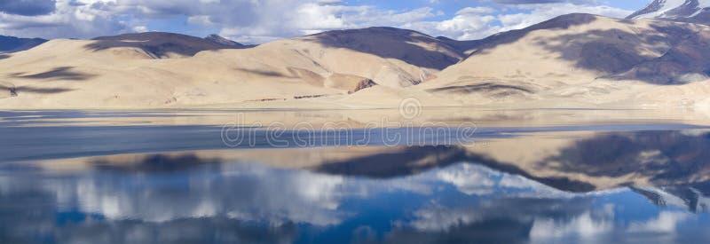 Tso Moriri het panorama van het bergmeer met bergen en blauwe hemel aangaande stock afbeeldingen