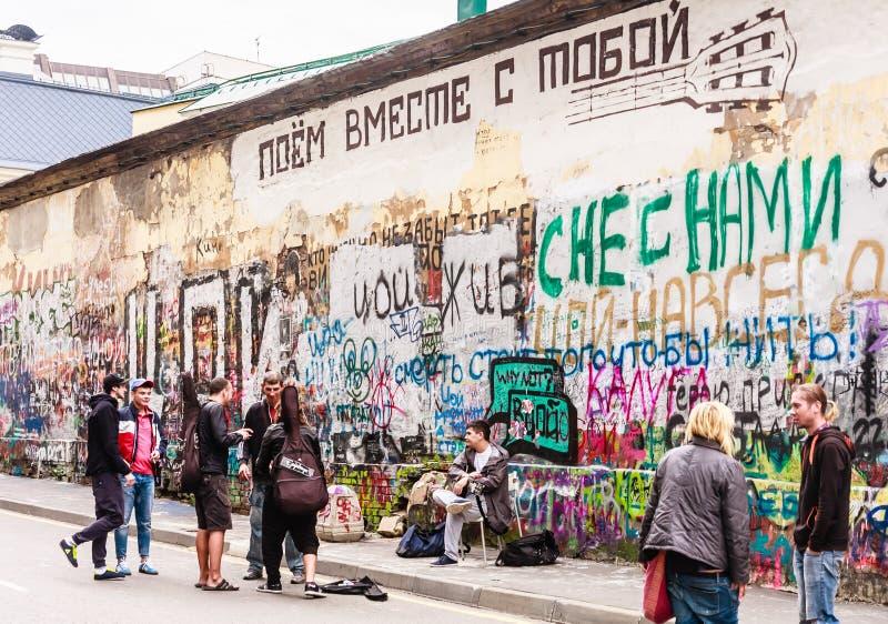 Tsoi ściana w Arbat okręgu Wszystkie zwycięzcy tsoi fan utrzymania wysyłać pisze fotografia royalty free