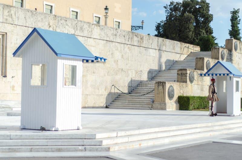 Tsolias eller bekant som Evzones är Greeces den historiska presidents- vakten Syntagma royaltyfria foton