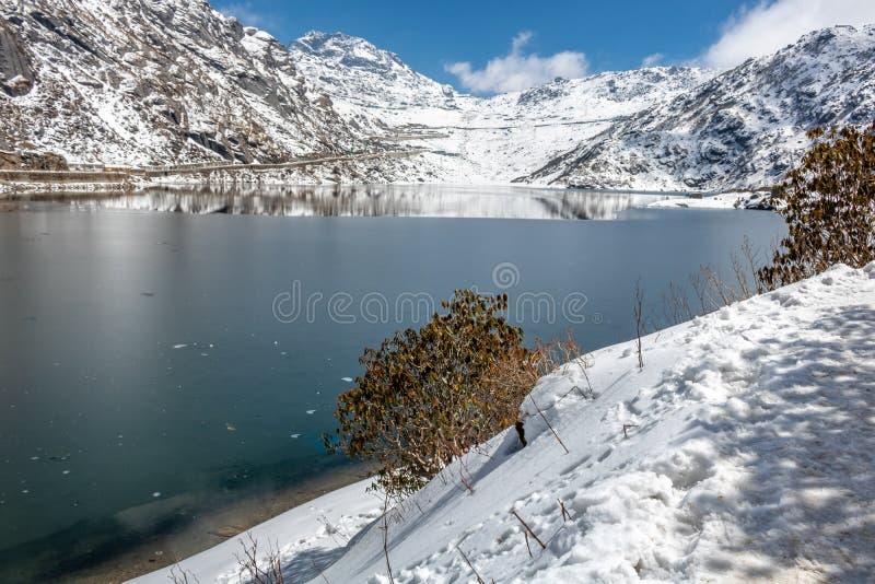 Tsomgo Changu See in der nahen gefrorenen Form lizenzfreie stockfotografie