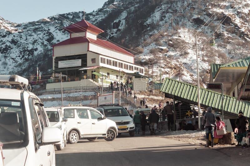 Tsomgo See, Gangtok, Indien am 2. Januar 2019: Ansicht des Seilweisenerrichtens Eine kurze Drahtseilbahn hat am Tsomgo See begonn lizenzfreie stockfotografie
