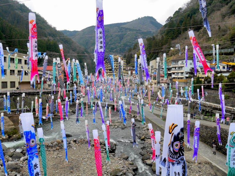 TSUETATE, ЯПОНИЯ - 1-ОЕ АПРЕЛЯ 2017: Красочный карп сигнализирует фестиваль Koinobori стоковое изображение rf