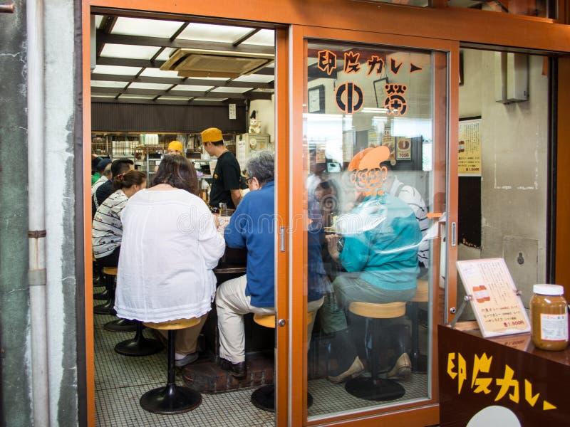 Tsukiji鱼市ç¯ ‰ åœ°å¸ 'å的寿司店'Tsukiji shijÅ ,东京,日本 免版税库存照片
