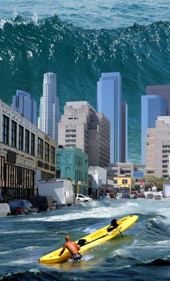 Tsunami adentro hacia el centro de la ciudad imagen de archivo libre de regalías