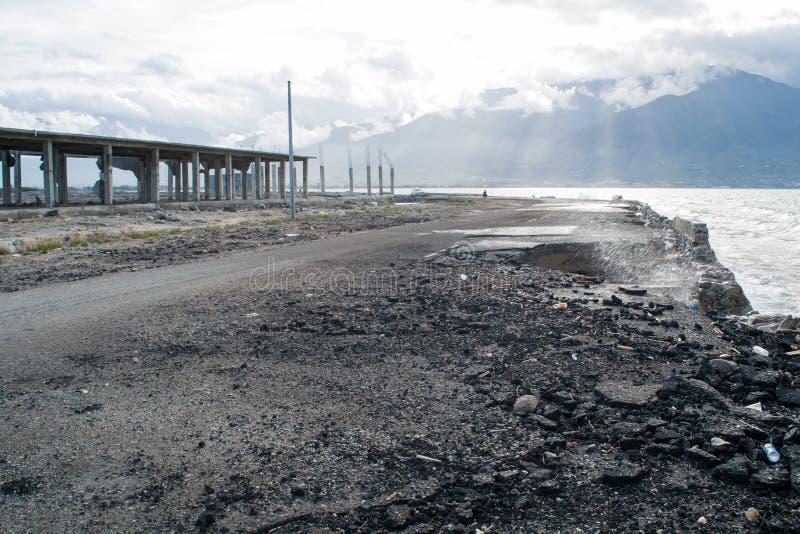 Tsunamiförstörelse i Palu, Indonesien arkivbilder