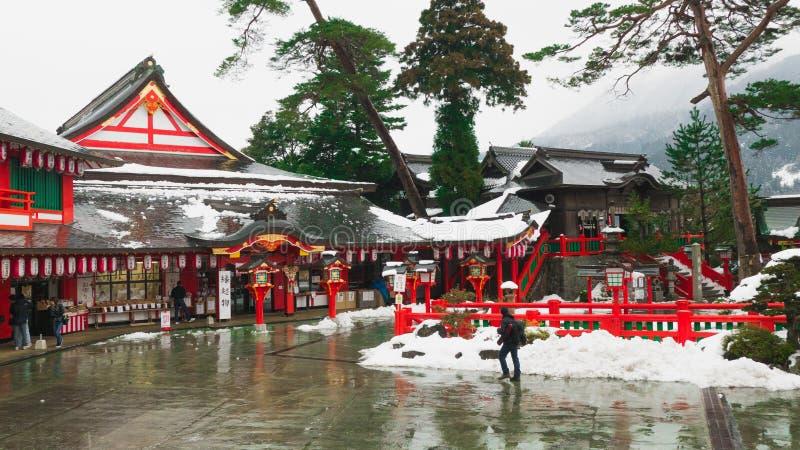 Tsuwano Shimane japão JANEIRO, 28,2018 Os viajantes apreciam tomar imagens no santuário xintoísmo, que é coberto com a neve Causo imagens de stock royalty free
