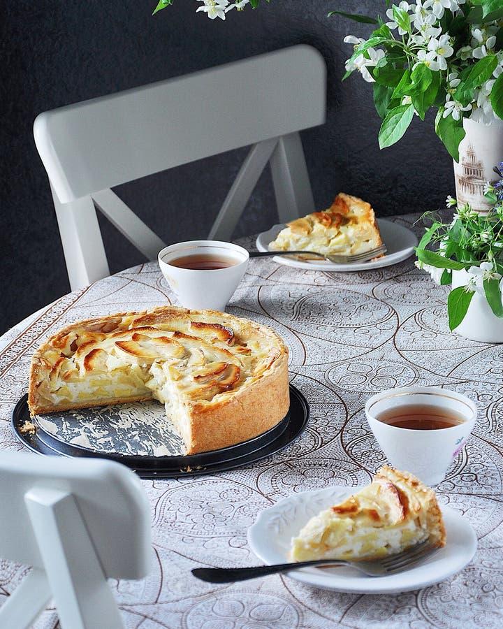 Tsvetaeva jabłczany kulebiak z curd serem, Rosyjski cheesecake z jabłkami obrazy royalty free
