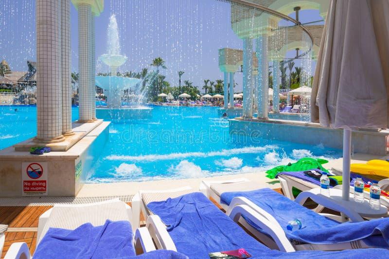TT Pegasos世界手段的美好的游泳池周围在边,土耳其附近的 图库摄影