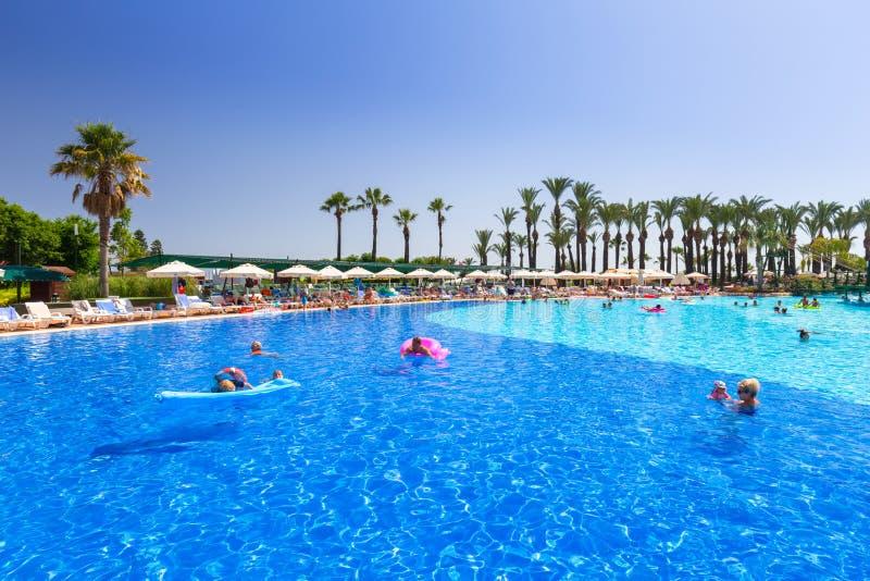 TT Pegasos世界手段的美好的游泳池周围在边,土耳其附近的 库存照片