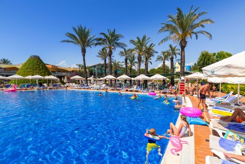 TT Pegasos世界手段的美好的游泳池周围在边,土耳其附近的 免版税图库摄影