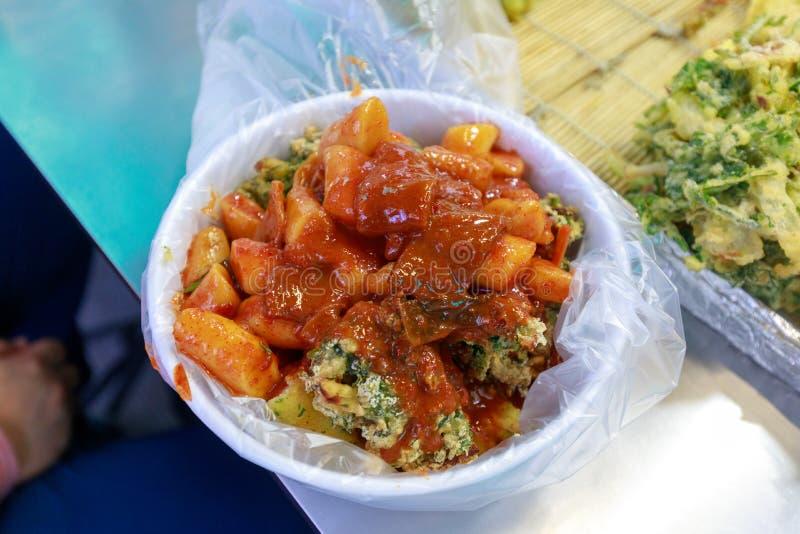 Tteok-bokki, che è un alimento coreano popolare della via fotografia stock