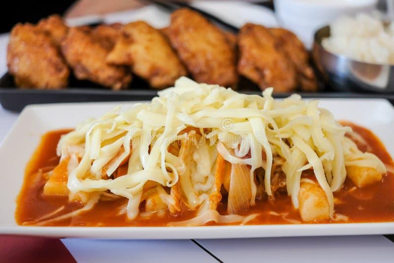 Tteok-bokki con formaggio nel ristorante Tteok-b fotografie stock