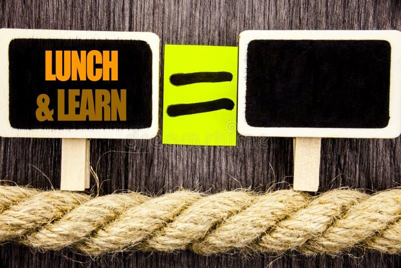 Ttext che mostra il pranzo ed impara Concetto di affari per il corso del bordo di addestramento di presentazione scritto sullo sp immagine stock libera da diritti