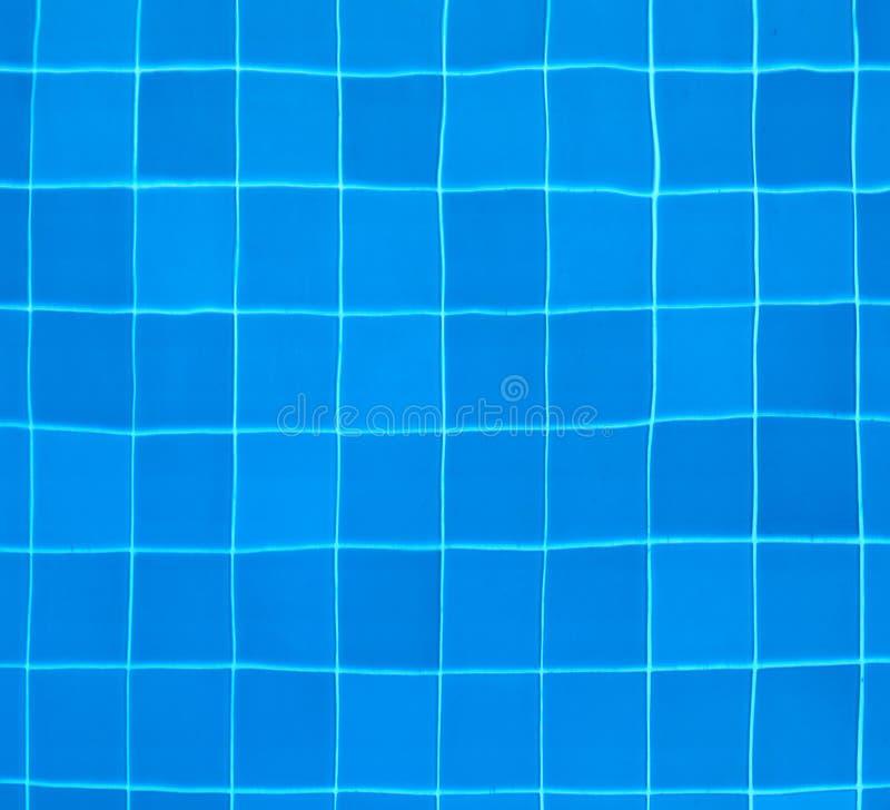Ttiles bij de bodem van een zwembad stock afbeelding