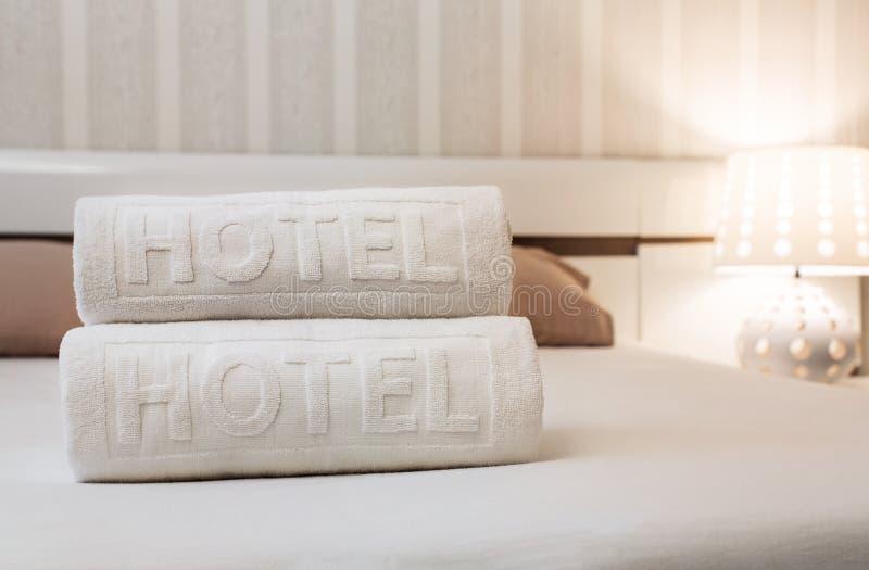 Ttowels w pokoju hotelowym obrazy stock