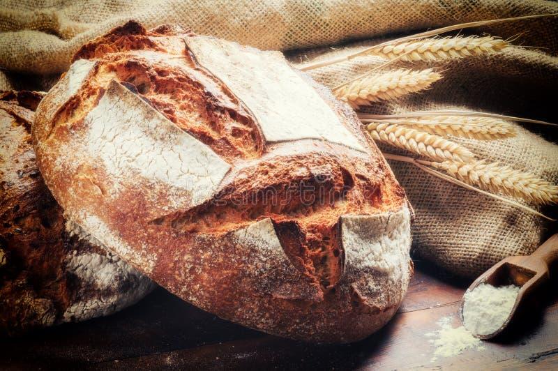 Ttraditionalbrood in het rustieke plaatsen stock afbeelding
