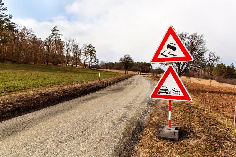 Ttraffic tecken 'hal väg 'på vägbakgrunden i Tjeckien Varnande tecken angående farlig vägyttersida Asfalt r arkivbild