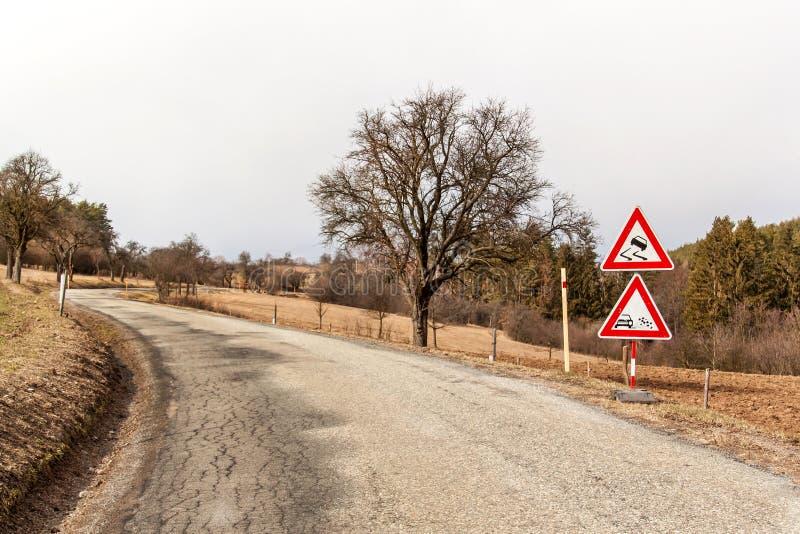 Ttraffic tecken 'hal väg 'på vägbakgrunden i Tjeckien Varnande tecken angående farlig vägyttersida Asfalt r fotografering för bildbyråer