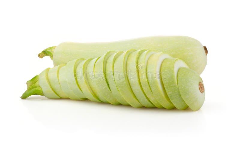 Tuétano y rebanadas de las verduras frescas en blanco fotos de archivo