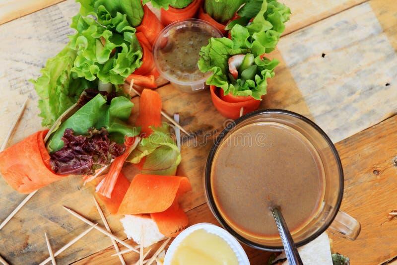 Tuńczyk kanapka z sałatkowymi warzywami i kawą zdjęcia royalty free