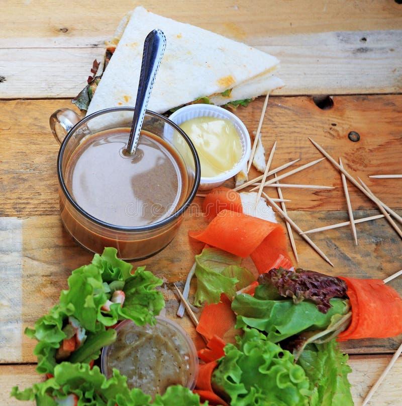 Tuńczyk kanapka z sałatkowymi warzywami i kawą fotografia royalty free