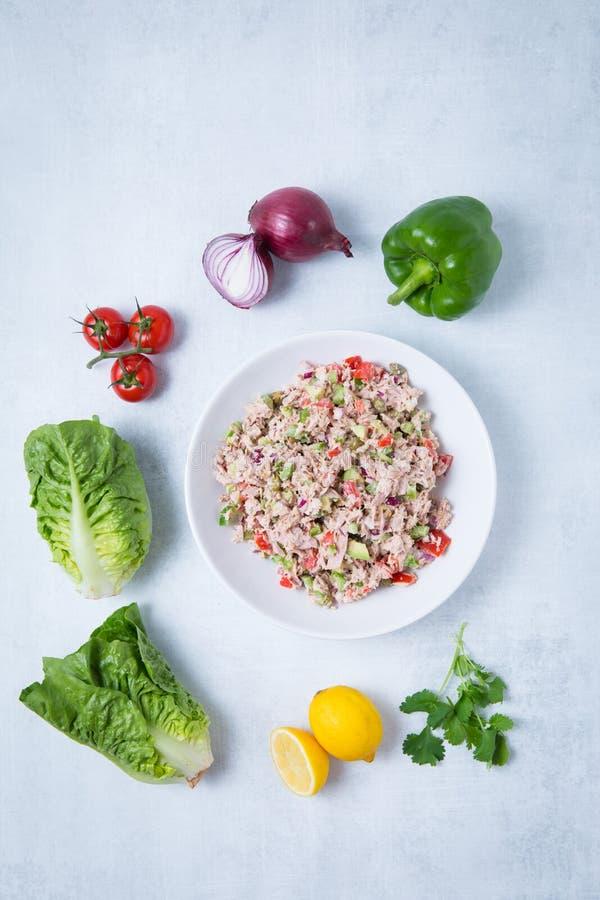 Tuńczyk sałata Pieprzy cebul Avocados i pomidory zdjęcie royalty free