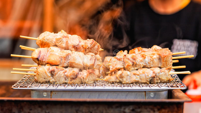 Tuńczyka mięso z kijem piec na grillu z dymem, Japoński uliczny jedzenie obraz stock
