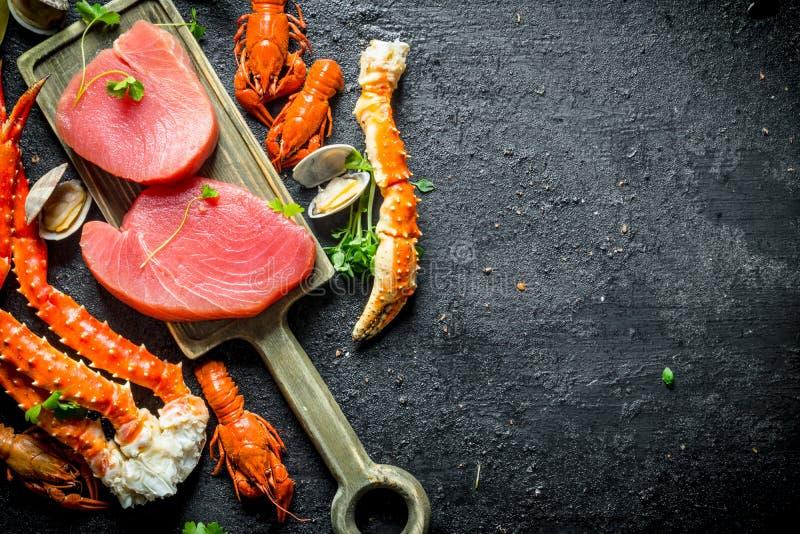 Tuńczyka stek na tnącej desce obraz royalty free