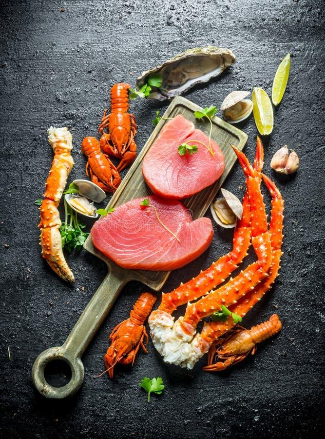 Tuńczyka stek na tnącej desce fotografia stock