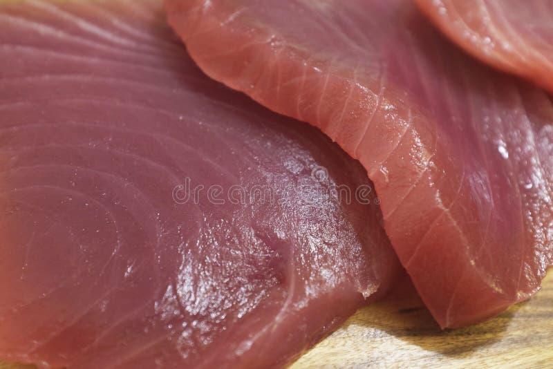 Tu?czyka stek na drewnianej desce, smakowity rybi go?? restauracji obrazy royalty free