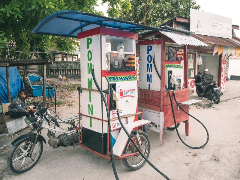 Tual, Indonesia - 24 ottobre 2018: stazione di servizio divertente della pompa di benzina montata sul kart della motocicletta in  immagine stock