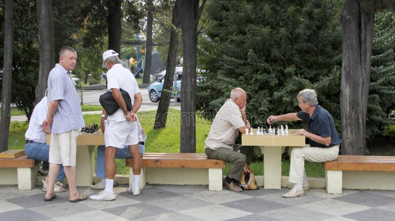 """Tuapse, Russland-†""""AM 22. MÄRZ 2019: Nicht identifizierte ältere Männer spielen Schach in einem Park stockfotos"""
