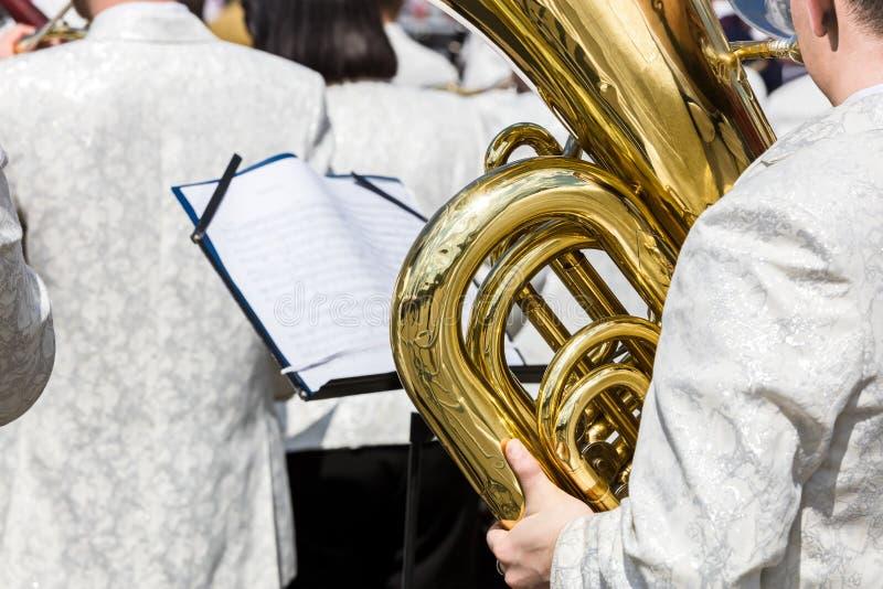 Tuba gracz przy mosiężnym zespołem podczas na wolnym powietrzu koncerta zdjęcie stock