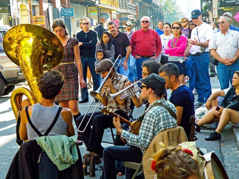 Tuba Skinny Performs na rua real em Nova Orleães fotos de stock royalty free
