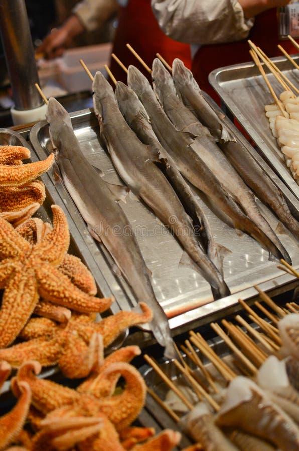 Tubarões do bebê no mercado de Wangfujing imagem de stock
