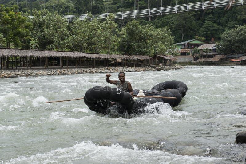 Tubatura dell'uomo giù il fiume Bukit Lawang, Sumatra, Indonesia immagine stock