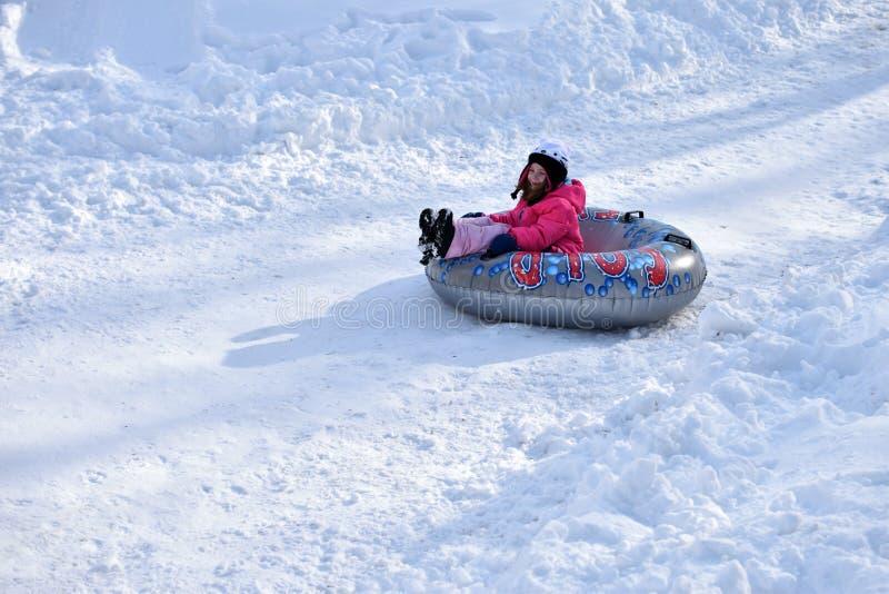 Tubatura della neve della bambina fotografie stock