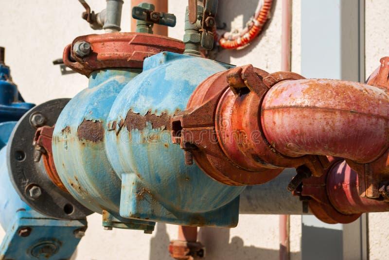 Tubature dell'acqua arrugginite del metallo immagini stock