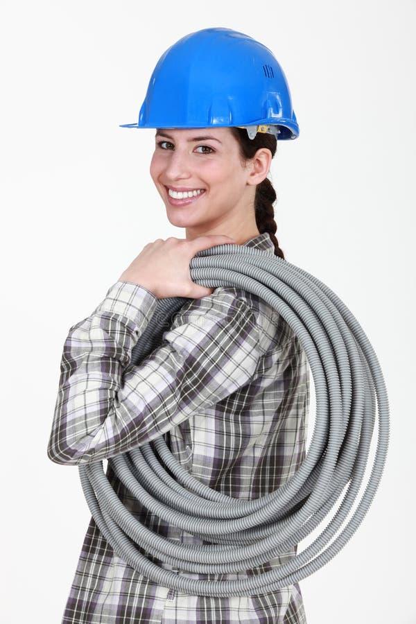 Tubazione ondulata di trasporto del Tradeswoman immagini stock