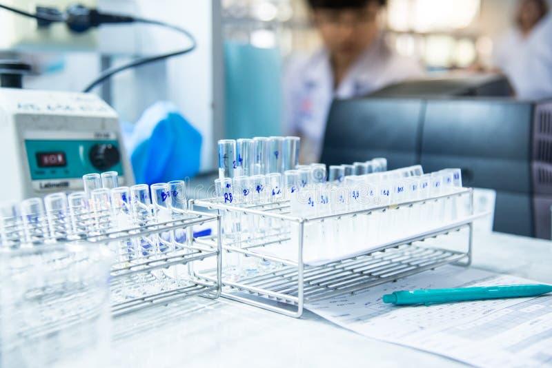 Tube à essai de tache floue dans le laboratoire photo libre de droits