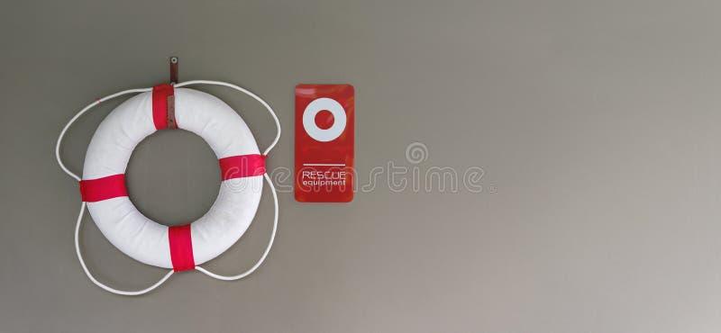 Tube de bouée de sauvetage ou de bain sur le mur à la piscine pour la sécurité images stock