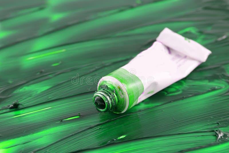 Tube de peinture de vert de forêt de l'artiste images stock