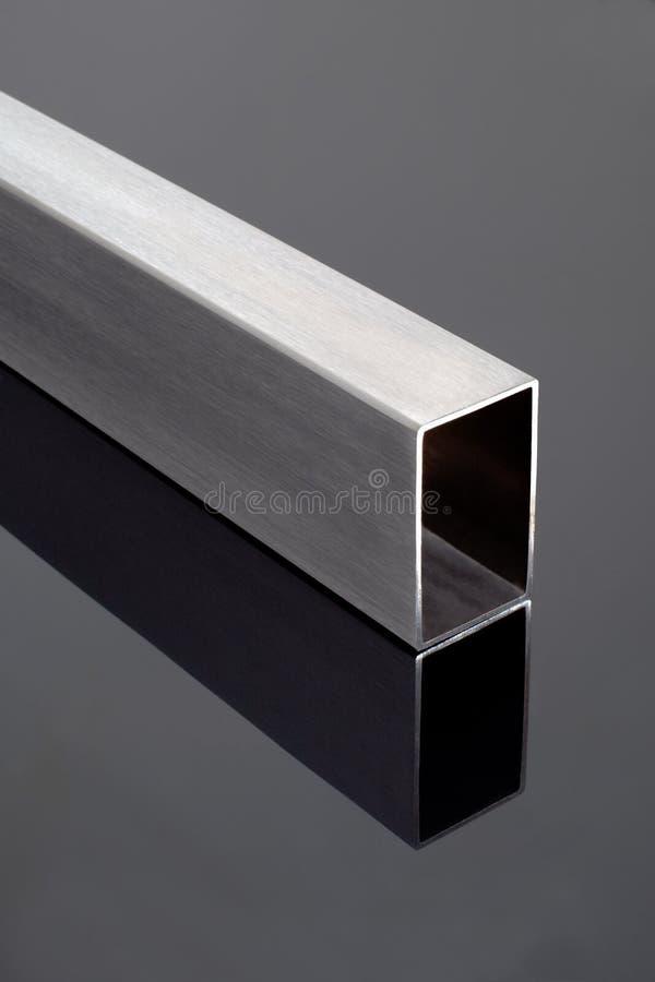 Tube en acier sur la surface noire photo stock