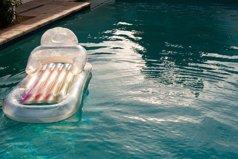 Tube gonflable flottant dans une piscine dans l'arrière-cour photos libres de droits