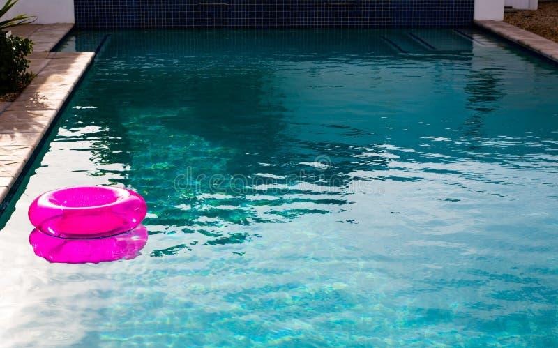 Tube gonflable flottant dans une piscine dans l'arrière-cour image stock